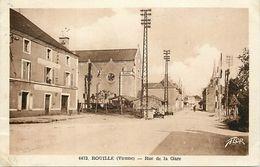 - Dpts Div.-ref-WW266- Vienne - Rouille - Rue De La Gare - Cafe - Cafes - Passage A Niveau - Ligne De Chemin De Fer - - Andere Gemeenten