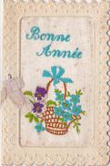CPA Brodée Double Avec Message Panier De Fleurs Pensée Bleuets Bonne Année  Embroidered Card (3 Scans) - Brodées