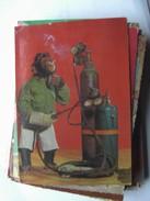 Monkey Smoking And Working - Geklede Dieren
