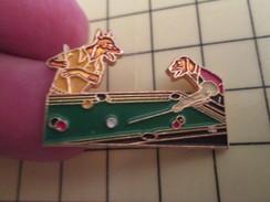 Pin1310 Pin's Pins : Rare Et Belle Qualité : SPORT / Grand Pin's Double Attache DEUX CHIENS JOUANT AU BILLARD - Billiards