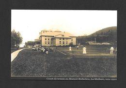 LA MALBAIE - QUÉBEC - MANOIR RICHELIEU - COURT DE TENNIS AU MANOIR RICHELIEU VERS 1910 - Quebec