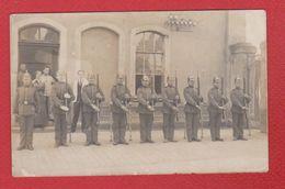 Carte Photo -- Soldats Allemands Dans Une Cour - Guerre 1914-18