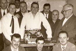 PHOTO ORIGINALE GROUPE D'HOMMES AUTOUR D'UNE MACHINE A ÉCRIRE - ZOOM 2 Scans - Other