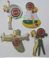 PIN UP TABAC LUCKY STRIKE Lot De 4 Pin's Différents - Pin-ups