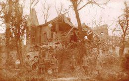 CARTE PHOTO ALLEMANDE - SOLDATS ALLEMANDS DEVANT UNE MAISON BOMBARDÉE A ARRAS - PAS DE CALAIS 1914 1918 - Guerra 1914-18