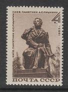 TIMBRE NEUF D'U.R.S.S. - MONUMENT A LA GLOIRE D'A. S. POUCHKINE N° Y&T 2744 - Schrijvers