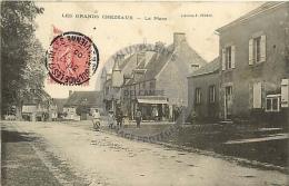 /! 2541 - CPA/CPSM - 87 : Les Grands Chézeaux : La Place - France