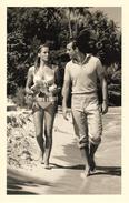 Official 007 Post Card - URSULA ANDRESS Meets James Bond (SEAN CONNERY) In Dr. No (1962) - Ca. 9,8 X 15,2 Cm - 1700253 - Acteurs