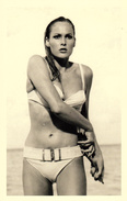 Official 007 Post Card - URSULA ANDRESS As Honey Ryder In Dr. No (1962) - Ca. 9,8 X 15,2 Cm - 1700251 - Acteurs