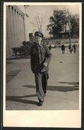 Photo Junger KVP-Mann En Uniforme, Tramway Im Hintergrund - Guerre, Militaire