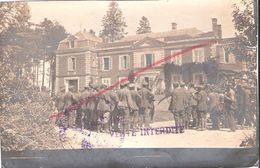 CARTE PHOTO CHATEAU DE TRICOT ET PRISONNIERS ALLEMANDS MOISSONNEURS GUERRE 1914 1918 OISE - Frankrijk