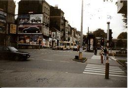Bruxelles (1190) : Tram 55 En Attente Au Feu De La Place Albert, à Forest. Photo. - Transport Urbain En Surface