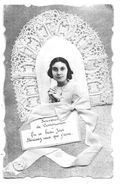 Souvenir De Communion - Carte Sur Fond Argenté Avec Photo Jeune Fille, Dentelle Et Ruban Blanc (Edit. S.S.S., Paris) - Christianity