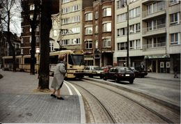 """Bruxelles (1190) : Tram 55 à L'arrêt De La Place De L' """"Altitude 100"""", à Forest. Véhicules D'époque. Photo. - Transport Urbain En Surface"""