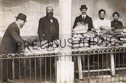 ARCUEIL CACHAN  94  LOT DE 2 CARTES PHOTOS  SOUVENIRS DES REPAS POPULAIRES DISTRIBUTION DE PAINS EN DECEMBRE 1914 GUERRE - Arcueil