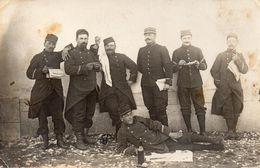 CPA GROUPE DE SOLDATS - Personnages