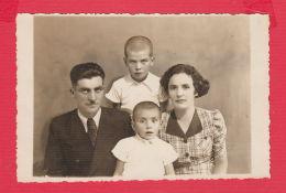 221039 / Real Photo Gorna Dzhumaya Blagoevgrad 1938 PORTRAIT FAMILY MAN WOMAN TWO BOY Bulgaria Bulgarie Bulgarien - Anonieme Personen