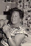 Photo Originale Pin-Up Jouant Du Cure Dent Devant Son Miroir Vers 1960/70, Tirelire 3 Petits Cochons & Rideau Pain, Oeuf - Pin-Ups