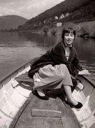 Photo Originale Femme Naviguant Sur Une Barque Fumant Une Cigarette Vers 1970/80 - Pin-Ups