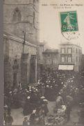 Usson - La Place De L'église, Un Jour De Marché - Autres Communes