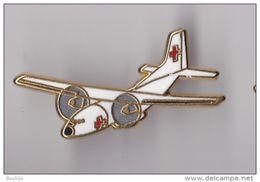 PIN'S THEME AVION TRANSALL DE LA CROIX ROUGE SIGNE BOUSSEMART - Aviones