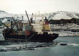 """1 AK Antarctica Antarktis * Station McMurdo Der USA Auf Ross Island - Im Vordergrund Das Schiff """"Green Wave"""" - Ansichtskarten"""