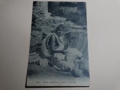 Femme Arabe Filant La Laine. - Scenes