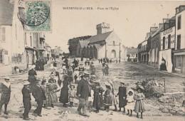 L17- 50)  BARNEVILLE SUR MER  (MANCHE) PLACE DE L'EGLISE  - (TRES ANIMÉE) - Barneville