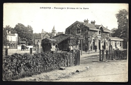 CPA ANCIENNE FRANCE- GARGAN (93)- LA GARE ET LE PASSAGE A NIVEAU- TRES GROS PLAN AVEC ANIMATION-  DILIGENCE - Otros Municipios