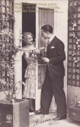 CPA Koppel, Couple, Homme Avec Fleurs Pour Copine. Boy Offering Roses At Lady  (pk40938) - Autres Photographes