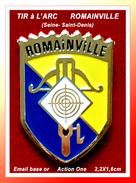 SUPER PIN'S TIR à L'ARC : Club De La Ville De ROMAIVILLE En Seine Saint Denis, émail Base Or Signé Action One, 2,2X1,6cm - Tir à L'Arc