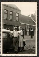 Photo Ancien / Foto / Couple / Voiture / Car / Size: 9 X 6 Cm. / Lisette Van Geyte Met Broer / Zele / 1956 - Personnes Identifiées