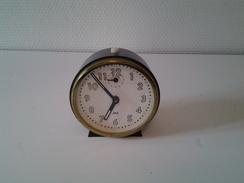 Réveil Jaz Noir Plastique Et Métal En état De Marche 9,5 X 9 Cm 210 Gr - Alarm Clocks
