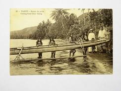 C.P.A. TAHITI : Retour De Pêche, Hommes Et Femmes Portant Une Pirogue - Tahiti