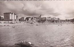 64----SAINT JEAN DE LUZ--vue Sur La Plage Et Le Casino--( Hôtel La Pergola + Pédalos )---voir 2 Scans - Saint Jean De Luz
