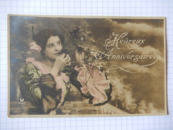 CPA - HEUREUX ANNIVERSAIRE - JOLI FEMME AVEC CERISE - BIRTHDAY - TIMBREE 1905 - COLOREE - R10124 - Compleanni