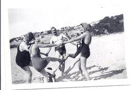 4 ADULTES FONT LA RONDE SUR LA PLAGE Juin 1938 -  LA COURONNE  13 - Personnes Anonymes