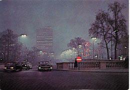BRUXELLES (1000) : Vue Nocturne Du Building De La PS Et Perspective Du Boulevard Du Jardin Botanique. CPSM. - Bruxelles La Nuit