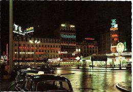 BRUXELLES (1000) : Vue Nocturne De La Place Rogier, Avec Ses Hôtels, Ses Taxis Et Son Show-room Volkswagen/Studebaker. - Brussel Bij Nacht