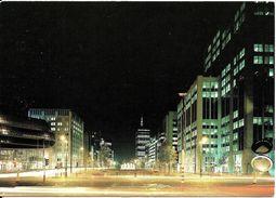 BRUXELLES (1000) : Vue Nocturne Du Parlement Flamand Et Du WTC, Au Croisement Des Bvd Simon Bolivar Et Roi Albert II. - Brussel Bij Nacht