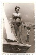 Photo , Femme En Maillot De Bain , Souvenir Photo Avec Bateau , Dim. 6.0 X 9.0 Cm - Personas Anónimos