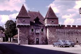 Photo Diapo Diapositive Slide Vers Cahors ? Entrée Château Peugeot 203 Et Renault R8 En 1967 VOIR ZOOM - Diapositives