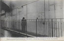 94)  FRESNES  - Etablissement Pénitentiaire -  Portes Des Cellules Et Ronde D'un Gardien - Fresnes