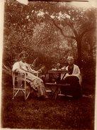 Photo Originale Mère Et Fille Au Jardin Pour Le Thé, Goûter Vers 1910 - Anonymous Persons