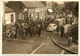 Unieke FOTO Kaart  - Fanfare, Optocht, Stoet Door Straten Van Mol (?) - Veel Volk - Studio Preud'homme, Mol - Rond 1955 - Mol