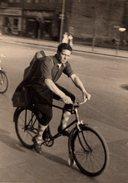 Photo Originale Portrait D'un Jeune Cycliste Qui Roule, La Guitare Sur Le Dos En 1955 - Vélo, Cyclisme, Transport - Personnes Anonymes