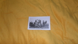CARTE PHOTO ANCIENNE ANIMEE PERSONNES ANONYMES ANOTATION AU DOS FONTAINEBLEAU 5 JUIN 1921. - Anonymous Persons