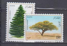 ALGERIE     1983           N . 779 / 780       COTE     3, 35   EUROS       ( S 5 ) - Algérie (1962-...)