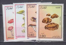 ALGERIE     1983     Champignons      N . 787 / 790       COTE     8, 25   EUROS       ( S 8 ) - Algérie (1962-...)