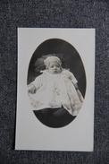 Photographie D'un Bébé Et Son Hochet - Photographs